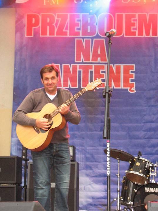Janusz Waściński jest trzeźwym alkoholikiem od 12 lat. Gra na gitarze, komponuje i pisze teksty, jak sam mówi - refleksyjne. Bierze udział w wielu konkursach, działa społecznie.